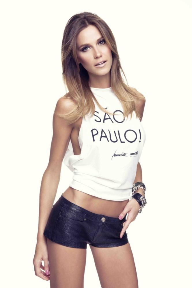 renata-kuerten-veste-camiseta-para-campanha-da-amfar-organizacao-fundada-pela-atriz-elizabeth-taylor-que-arrecada-fundos-para-pesquisas-sobre-a-aids-1364939384242_720x1080